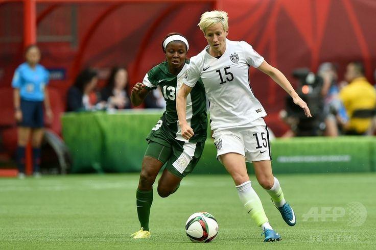 女子サッカーW杯カナダ大会・グループD、ナイジェリア対米国。ナイジェリアのヌゴジ・オコビ(左)とボールを競る米国のミーガン・ラピノー(2015年6月16日撮影)。(c)AFP/Getty Images/Rich Lam ▼17Jun2015AFP|米国がワンバック弾で16強入り決める、女子サッカーW杯 http://www.afpbb.com/articles/-/3051847 #2015_FIFA_Womens_World_Cup #Group_D_Nigeria_vs_United_States