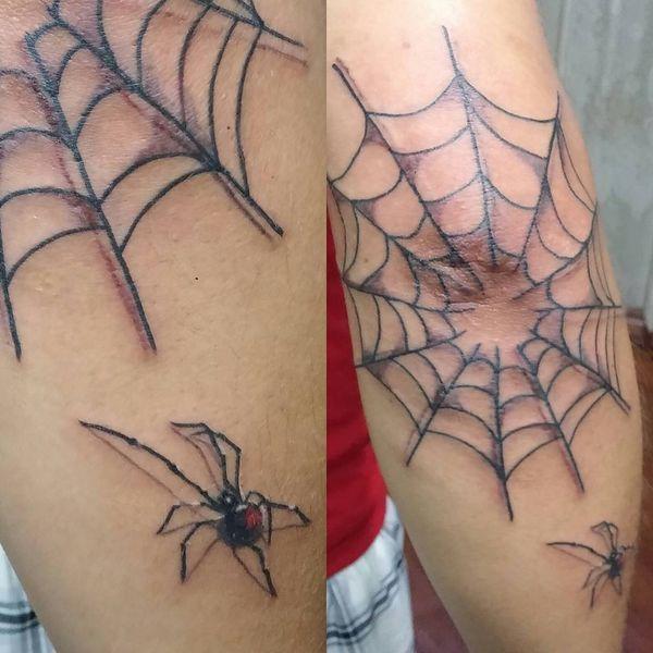 Tatouage De Toile D Araignee Sur Le Coude Tatouages Tattoos