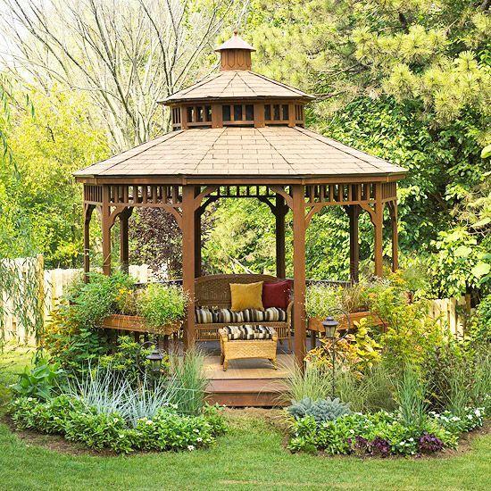 Offene Gartenlaube schafft wunderschöne Erholungsecke im Garten