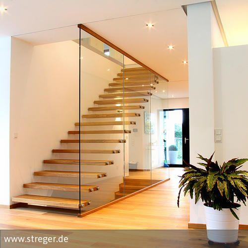 Das Zusammenspiel aus Holz, Glas und Edelstahl macht die Tragbolzentreppe nicht nur zu einem zeitgemäßen Bestandteil der Inneneinrichtung, sondern überzeugt …