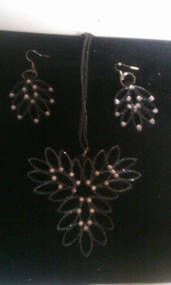 Bekijk dit items in mijn Etsy shop https://www.etsy.com/nl/listing/498020604/hanger-en-oorbellen-gemaakt-van