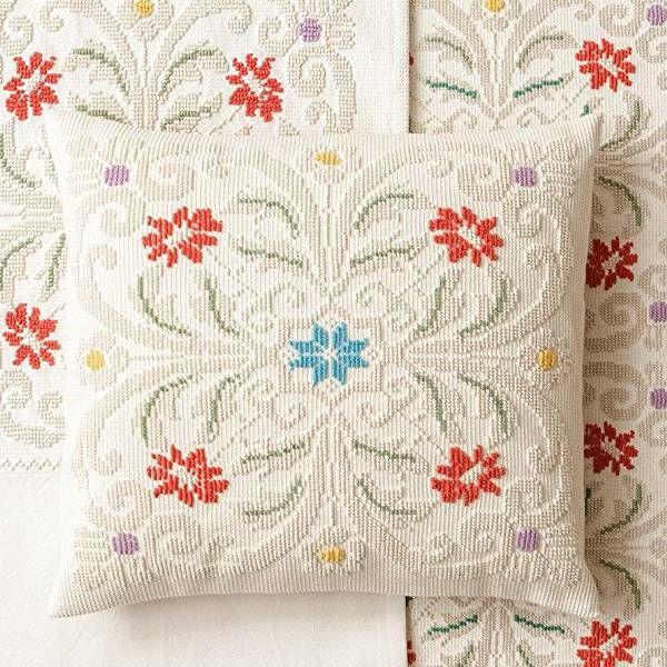 Coordinato per camera da letto, in cotone e lana, con raffinata decorazione tradizionale sarda. Il set comprende: tende, copriletto e cuscino.