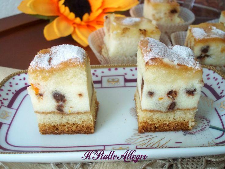 Il dolce versato alla ricotta è una torta che poi taglierete a cubotti e sistemerete nei pirottini. Farete la felicità dei vostri ospiti, provateli.