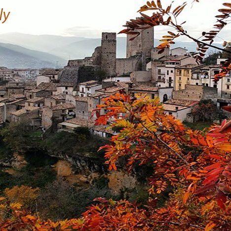 """I weekend d'autunno possono essere la buona occasione per visitare i nostri borghi e veder """"maturare"""" i colori autunnali anche lì.  Come ci consiglia @italiait possiamo condividere i nostri scatti autunnali dei Borghi più Belli d'Italia con l'hashtag #FoliageinItaly e #Borghitalia 👍😉  #Italia #Italy #ilikeitaly #autumn #autunno #foliage #leaves #Pacentro #Abruzzo"""