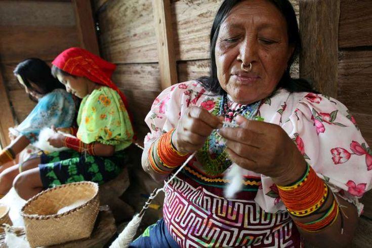Queste donne indigene di etnia Tule si trovano ora nela regione di Choco, in Colombia. In questa immagine preparano il cotone per realizzare vestiti tradizionali. Solo recentemente hanno potuto tornare nella loro terra e, comunque, i danni ambientali e la presenza di gruppi armati rende la loro permanenza molto incerta. Il contatto con la terra è molto importante nella cultura tradizionale Tule.  ©UNHCR/B.Heger