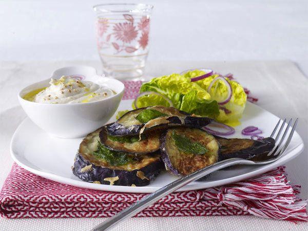 Auberginenschnitzel mit Tahin-Joghurtsoße und Römersalat