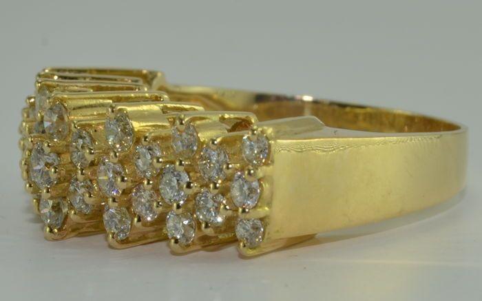 no hay precio de reserva *** Anillo en oro amarillo ley 750 de 18 kt con 33 diamantes de aprox. 2,60 ct Nunca usado, nuevo. Peso: 6,75 g 33 diamantes talla brillante VVS-VS / G-H para aprox. 2,60 ct Tamaño del anillo: 56. Nueva condición. Enviados vía DHL.