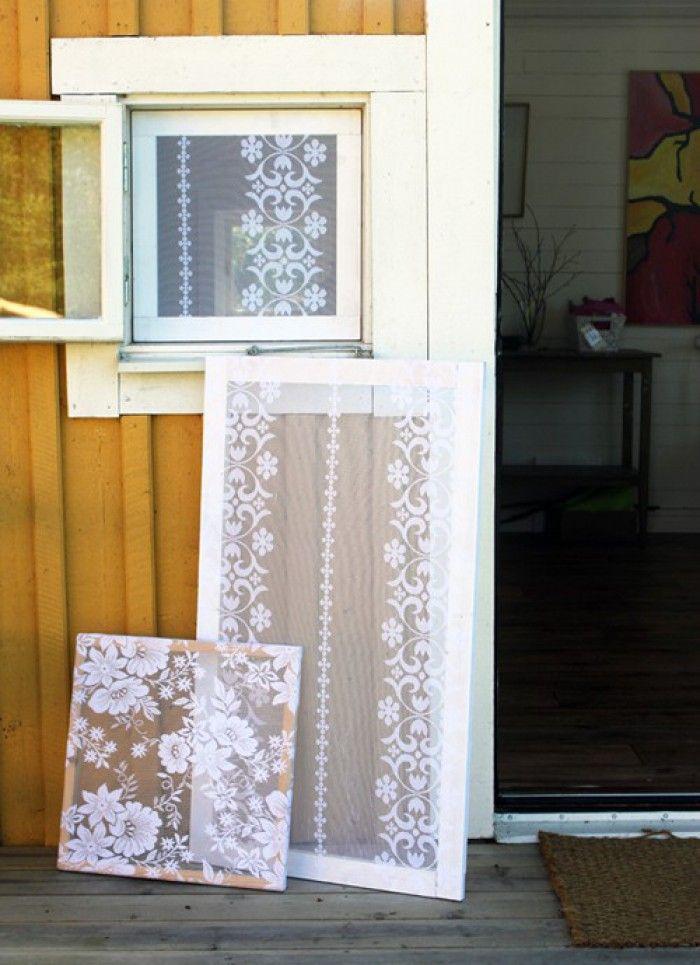 Decoratieve horren gemaakt van oude vitrage, gespannen om een houten frame.