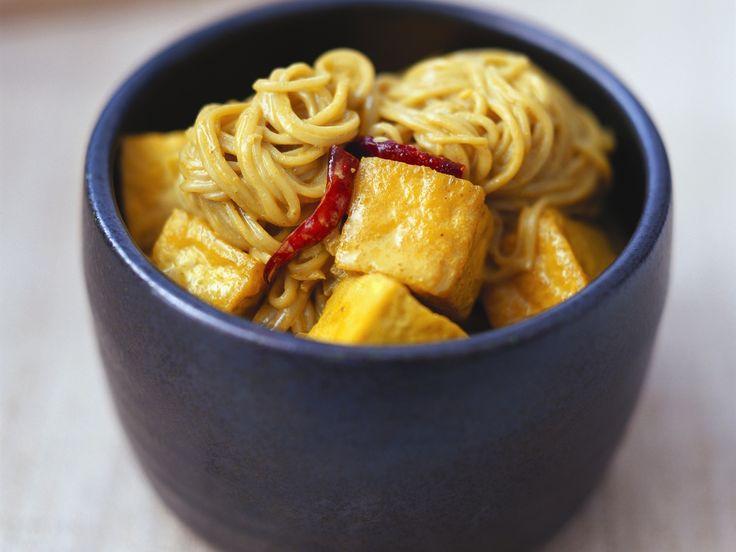 Mie-Nudeln mit Currysoße und Tofu auf malaiische Art | Zeit: 35 Min. | http://eatsmarter.de/rezepte/mie-nudeln-mit-currysosse-und-tofu-auf-malaiische-art