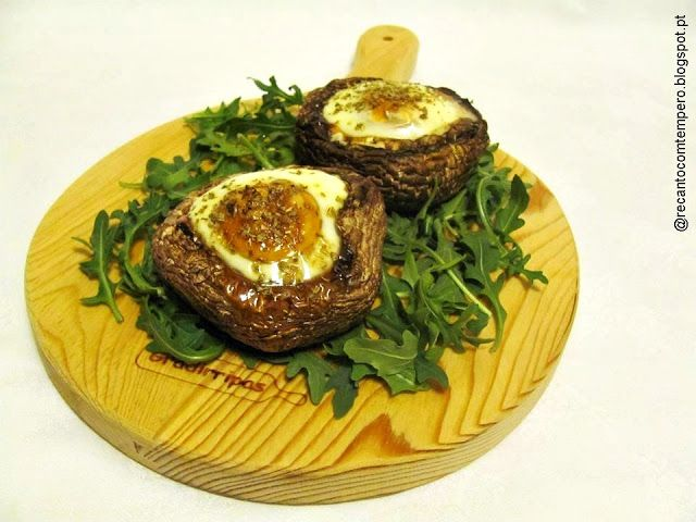 Cogumelos Portobello recheados com bacon e ovo