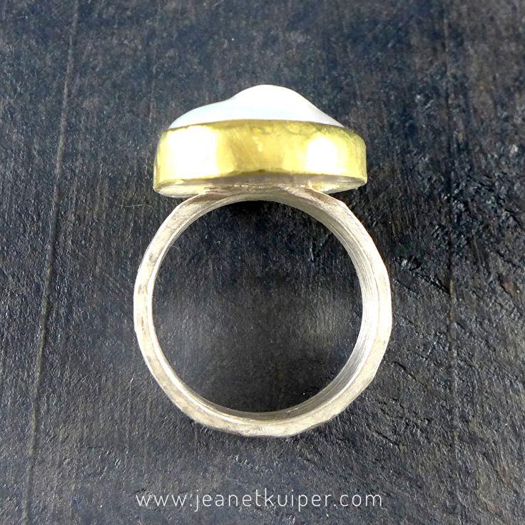 ring in gehamerd zilver met barokke parel