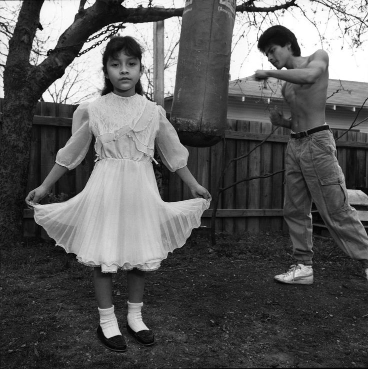 Mary Ellen Mark (EE. UU., 1940-2015). Niña hispana con su hermano, Dallas, Texas. 1987. De la serie Urban Poverty.