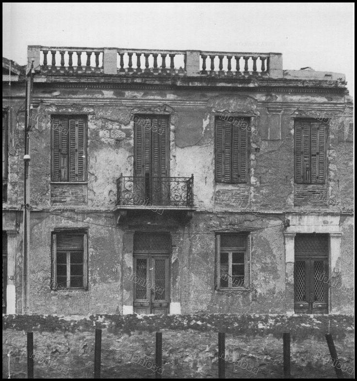 """Οικία στον Πειραιά. Φωτογραφία από το βιβλίο του Στέλιου Β. Σκοπελίτη """"Νεοκλασικά σπίτια της Αθήνας και του Πειραιά""""."""