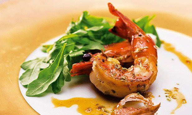 Camarão tigre no forno. Os camarões tigre são um prato ultra simples de fazer - só precisam de azeite e alho para se tornarem numa refeição de festa. E de um bom vinho branco, verde ou maduro, desde que esteja muito fresquinho.