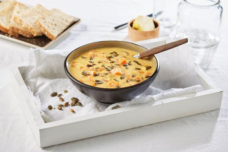 Oppskrift på en mettende suppe med høstens gresskar. Med ristede gresskarkjerner blir suppen ekstra innbydende.