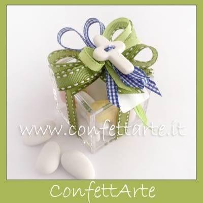 Scatolina in plexiglas con croce in ceramica bianca e gioco di nastri.