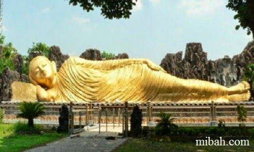 Sleeping budha statue on maha vihara mojopahit.