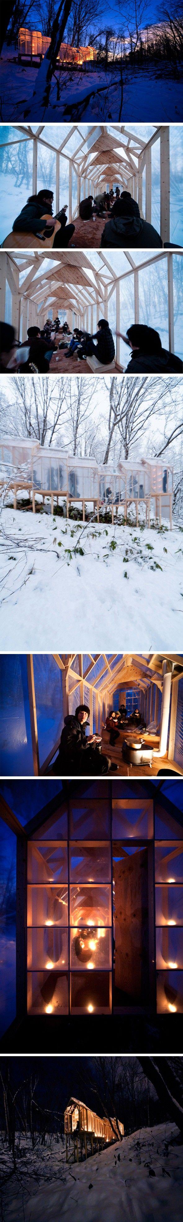 Hidemi Nishida signe cette petite cabane temporaire dans une forêt en plein hiver. Il amène les gens à se recueillir et à réapprendre à apprécier le silence et la symbiose avec la nature. Mais pas seulement, cette belle structure en bois est également utilisée pour des activités hivernales entre amis à l'abris du froid dans un espace confortable.