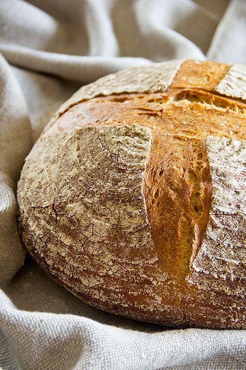 Ca. 1 kg schwer, krachend knusprige Kruste, sehr aromatisch, überzeugender Geschmack. Tolles Brot.