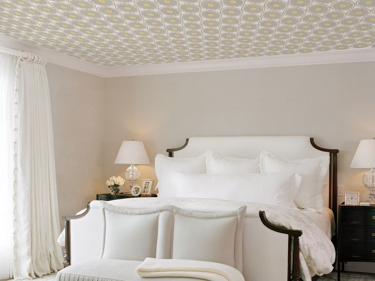 Пастельные обои в спальню на потолок