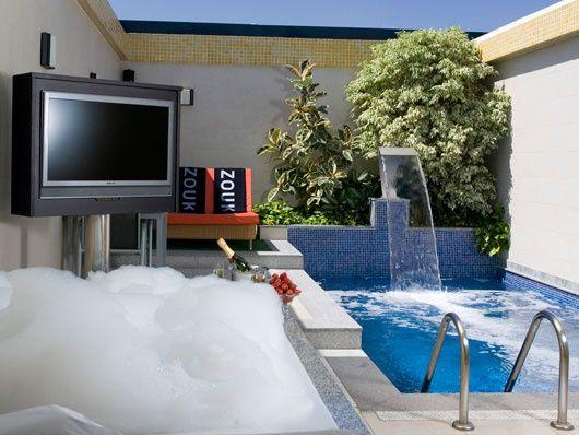 Peque a zona de relax con cascada piscinas gallegas y for Albercas de patio