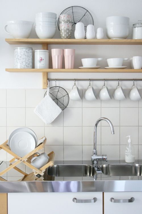 I so love exposed shelves. And monochromatic dishes.