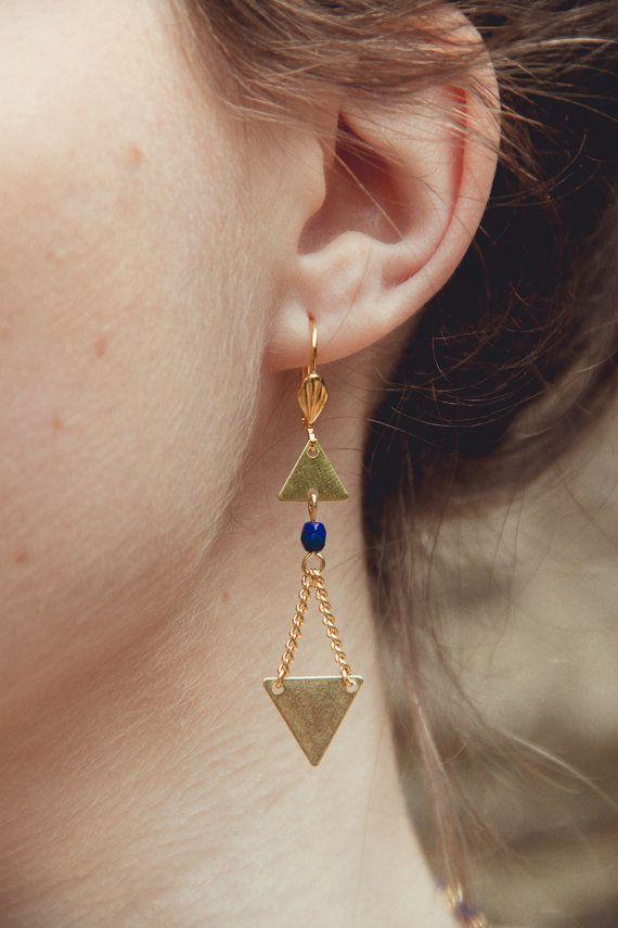 boucles d'oreilles triangles dorées, bijoux géométriques, boucles d'oreilles flèches, boucles d'oreilles bleu marine