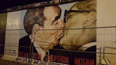 Mein Gott hilf mir, diese tödliche Liebe zu überleben (Dios mío, ayúdame a sobrevivir a este amor mortal). También es conocido como Bruderkuss (beso entre hermanos en español o Brotherhood Kiss en inglés).