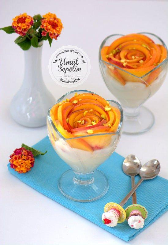 Şeftalili Muhallebi Tarifi Malzemeler; 1 litre süt 3,5 yemek kaşığı buğday nişastası 6 yemek kaşığı toz şeker 1 yemek kaşığı tereyağ 1 paket vanilya 2 adet şeftali