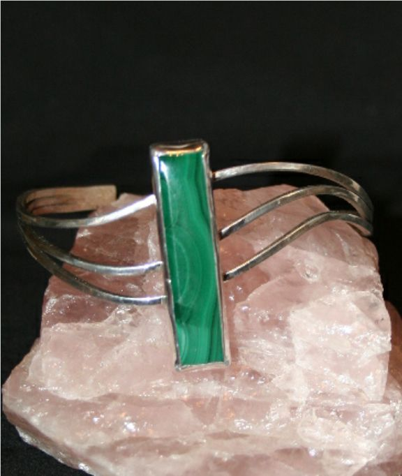 Sterling Silver wire bracelet with Malachite stone.