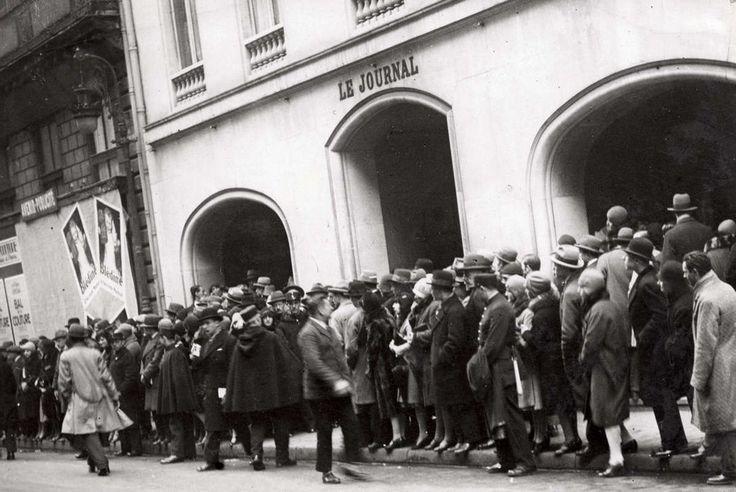 Ретрокрасавицы с конкурса «Мисс Европа — 1930» 22. Публика у входа в здание, где выбирают мисс Европа — 1930.
