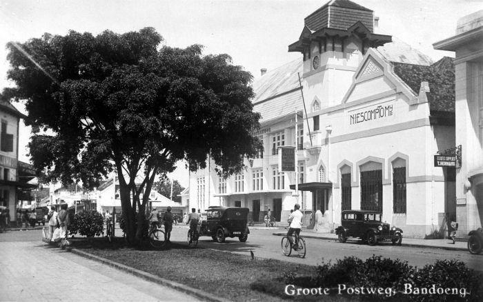 Nederlandsch Indische Escompto Maatschappij now Bank Mandiri in Alun Alun Bandung near Post Office designed by R.L.A. Schoemaker