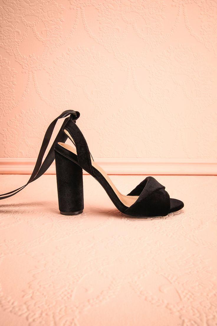 Black velvet block heeled sandals with ribbons - Sandales noires en velours à talons blocs avec des rubans