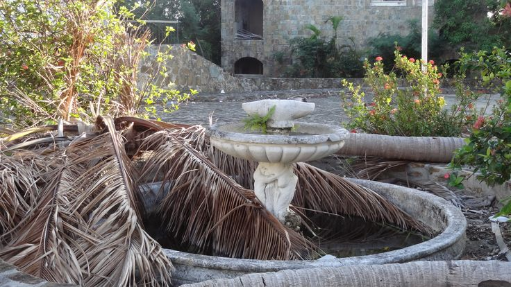 ...fountain at the plaza.....hurricanes been through here.........