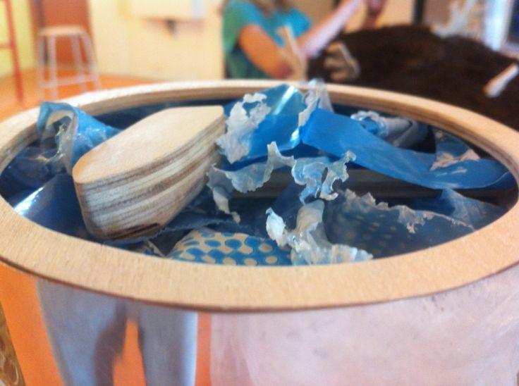 EINDRESULTAAT: Het thema van mijn mkm was vervuiling van de oceaan.  Ik heb een vat gemaakt van blik met zo'n teken er op dat het giftig is. Dit staat voor de vervuiling. Als water in de oceaan heb ik plastic gebruikt om te laten zien dat er te veel plastic en ander afval in de oceaan is. Ik heb op het plastic nog een bootje en een haaienvin gemaakt om duidelijk te maken dat het een oceaan/zee is.