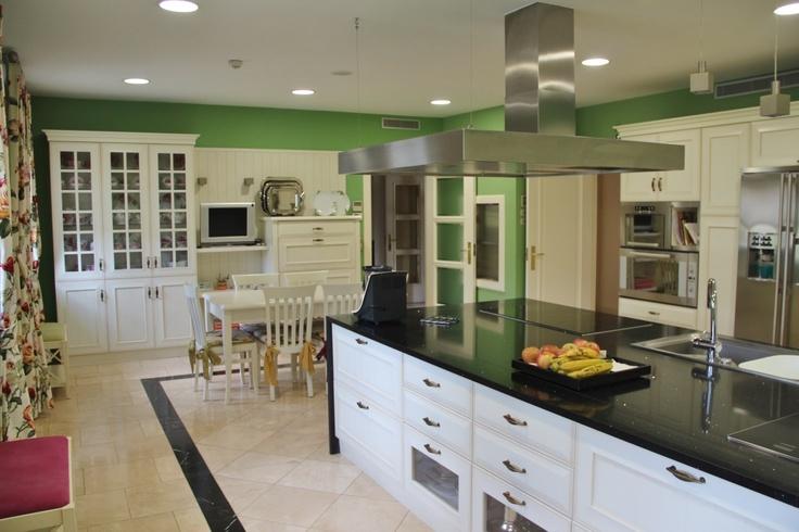 Cocina moderna y funcional acorde a la elegancia de esta - Cocinas las rozas ...