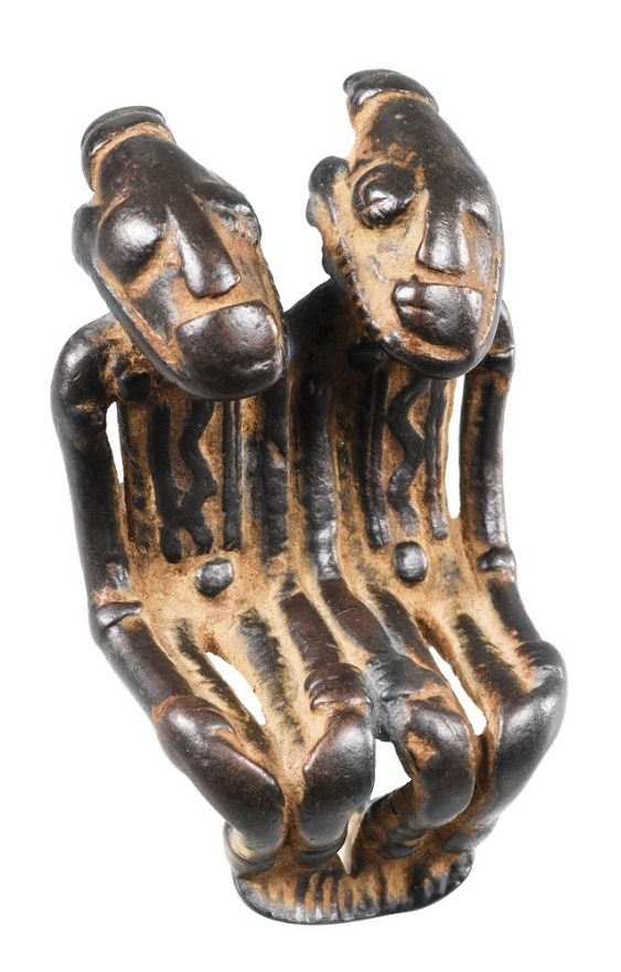 Ce pendentif est considéré comme l'un des chefs-d'œuvre de l'art ancien du métal dans la région du delta intérieur du Niger. Si cette aire stylistique a livré une très grande variété de styles et de techniques, les miniatures en alliage cuivreux figurant des personnages agenouillés ou assis, superbement modelés, et dont le style rappelle celui des terres-cuites dites « de Djenné », s'imposent comme les plus remarquables. A la qualité de la fonte s'ajoutent ici la dynamique de la pose –…
