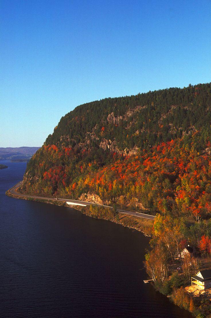La route 155 qui longe la rivière St-Maurice près de Grandes-Piles, une des plus belles routes au Québec ! Photo: Sébastien Larose /  http://ambiances.tourismemauricie.com/bain-de-nature/?secteur=mekinac#carte-wrapper