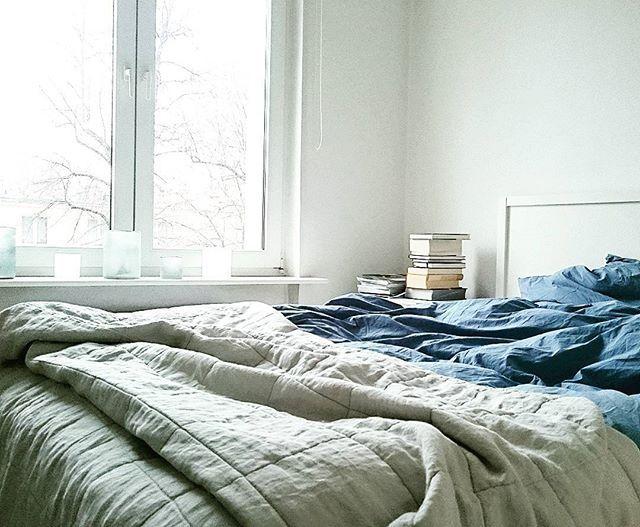 Coś co się nigdy nie zmieniło, mój ulubiony kolor BLUE.  Niedoceniany we wnętrzach a jest wyjątkowo plastyczny i wbrew pozorom nie trudny do połączeń z innymi kolorami. Dzień dobry. #bluebedroom #grey #light #bedroom #blue #rainyday #himla_ab #bedding #freshlaundry #linen #sklepzpotrzebypiekna