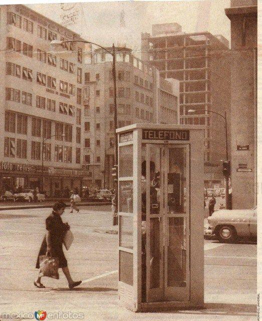 Caseta telefonica en la calle de Bucareli, en el centro histórico de la Ciudad de México.