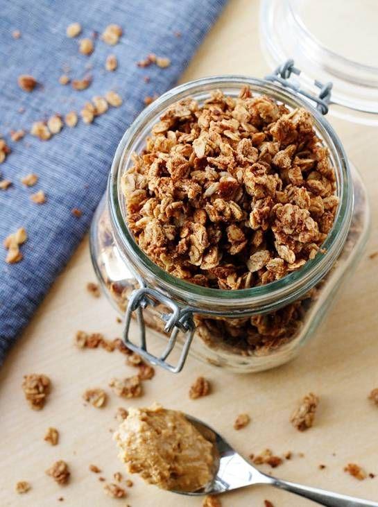 Zelfgemaakte cruesli van havermout en pindakaas. In eigen variant: noten en bittere chocola toevoegen