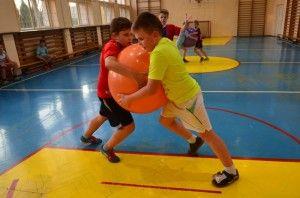 W szkolepodstawowej w Sokołowie Podlaskim odbywają się pojedynki nietypowej dyscypliny sportu - piłko-sumo. Zobaczcie jak wygląda dyscyplina rodem z Kraju Kwitnącej Wiśni dostosowana do szkolnych warunków! http://blogiceo.nq.pl/sp2sokolowpodlaski/2014/12/16/pilko-sumo/