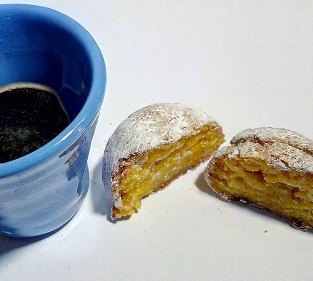 Buongiorno qui in Sicilia grigio e freddo....Ci consoliamo con il sole delle nostre paste di mandorla allo zafferano 😊😊 Buon Inizio Settimana! 😉  #buongiorno #lunedì #caffè #zafferanotesorodoriente #zafferano #pastedimandorla #saffron #colazione #sole