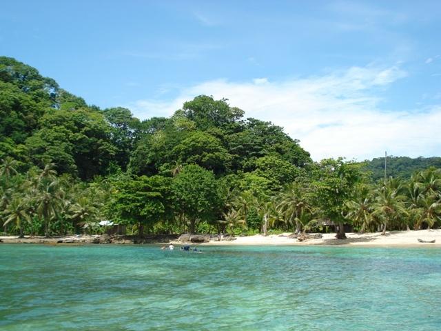 """La bahía """"Playa Soledad"""" se encuentra a sólo 20 minutos de Capurganá en lancha, y se caracteriza por su hermoso paisaje y aguas cristalinas. Es una playa totalmente solitaria, perfecta para contemplar la naturaleza, caminar, leer, broncearse y a quienes les guste el buceo a pulmón, pueden apreciar bellos corales y peces de arrecife."""