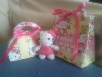 Portachiavi Hello Kitty realizzato con uncinetto con scatoline portaconfetti