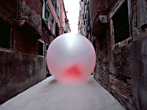 Chewing in Venice: giant bubble-gum sculptures by Simone Decker #ephemeral #installation #art #temporary #architecture #installation #arquitectura #efimera #instalacion #arte #architettura #effimera #bubblegum