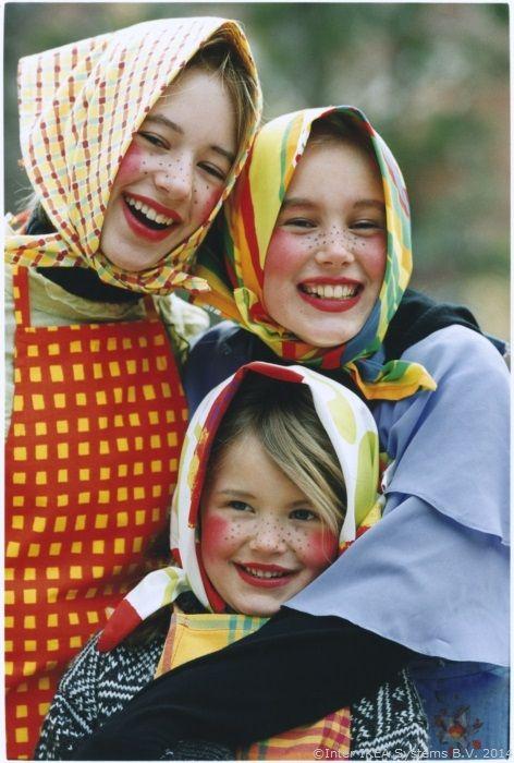 Știai că suedezii au un obicei aparte de Paști? Copiii se costumează și merg din ușă în ușă, dăruind desene și primind bomboane.