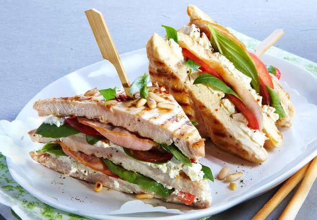 Club sandwich de poulet au bacon et basilic