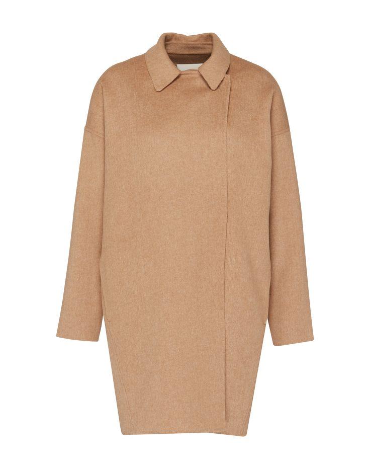 Wollmantel mit seitlich versetzter Druckknopfleiste und Kentkragen von Selected Femme @aboutyoude . Das minimalistische Skandi-Design kommt mit Eingrifftaschen in den Seitennähten, überschnittener Schulter und geradlinigem Cut.