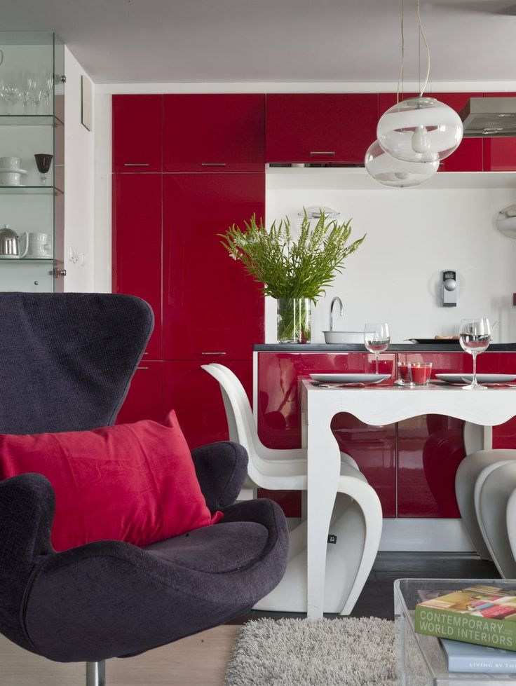Czerwień pasuje do nowczesnej aranżacji kuchni. Wkomponowana jako element szafek, kuchenny sprzęt lub jako kolor ścian. Czerwony kolor ożywi i urozmaici aranżację kuchni. Jak urządzić taką kuchnię z czerwienią?